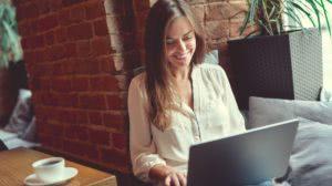 uśmiech kobiety przy laptopie