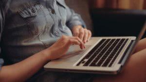 kobieta na kolanach laptop