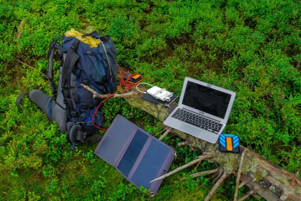 laptop na baterii w terenie