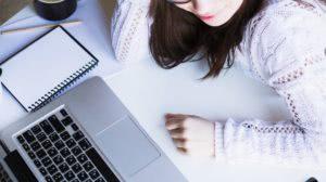 dziewczyna używająca laptopa
