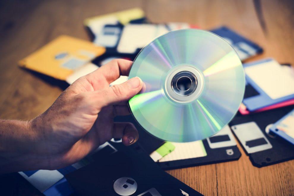 płyta cd w ręku