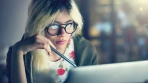 rozwiązuje problem siedząc przy laptopie