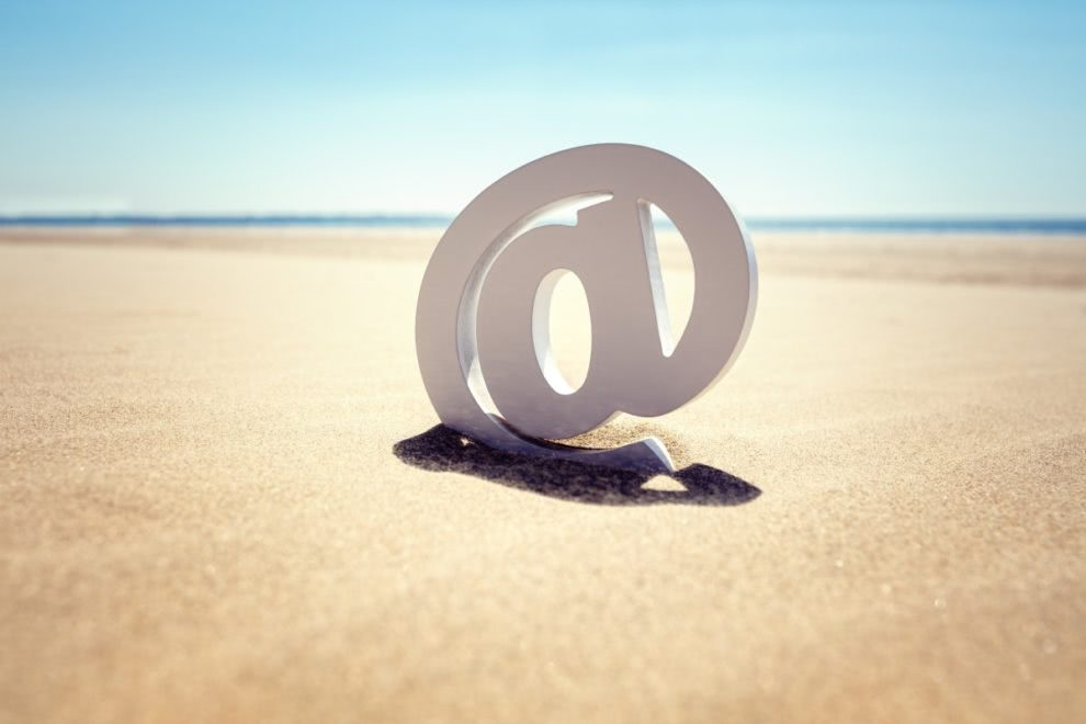 znak email w tle plaża