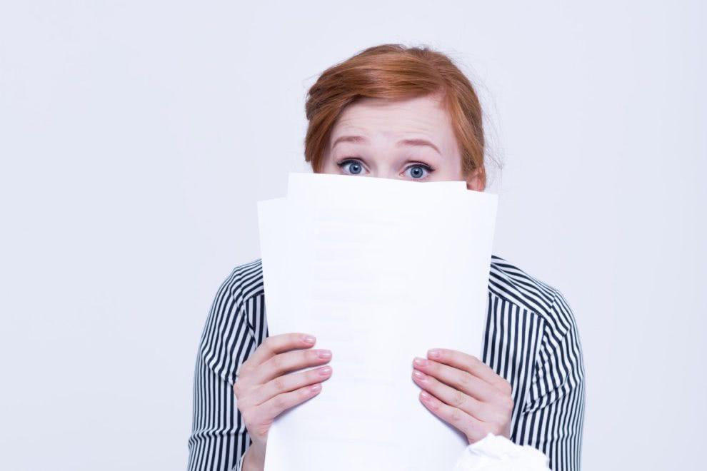kobieta z dokumentami