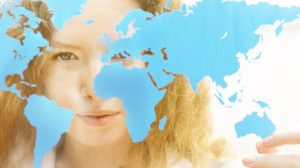 kobieta na tle mapy świata