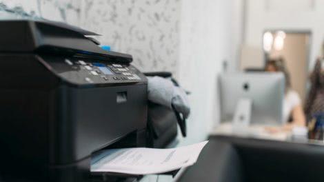 na zdjęciu mała drukarka kopiarka z wifi