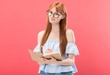 Młoda kobieta zapisuje pomysły na Content Marketing
