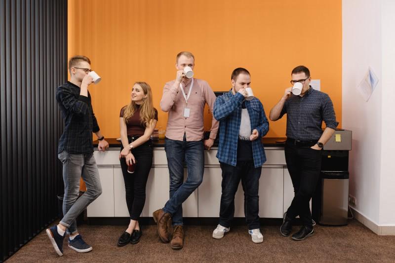 Pracownicy piją kawę w pracy